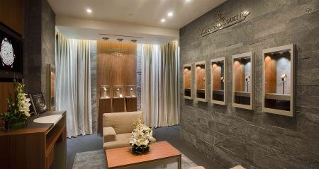 全新的店面设计不仅从视觉上呈现出令人信任的稳重感