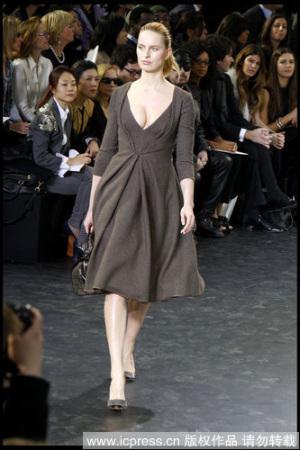 大号模特KAROLINA KURKOVA 在Louis Vuitton2010秋冬系列秀场上