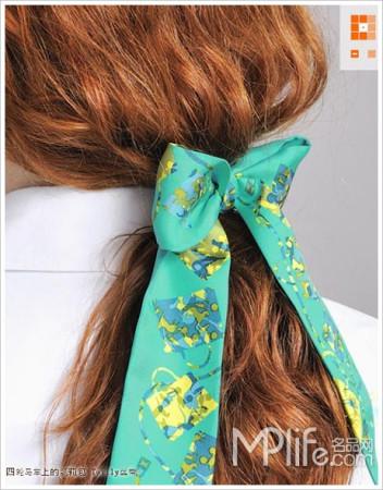 在手腕上系起一个蝴蝶结还是很有旧时代风范的.