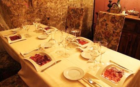 欧式餐桌摆设红酒