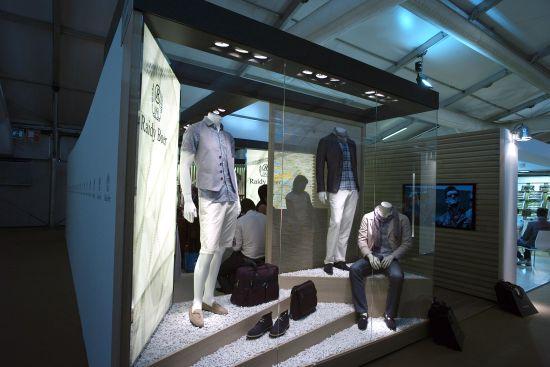 据Raidy Boer(雷迪波尔)品牌主设计师、来自意大利的Ettore Veronese先生介绍,该品牌2012春夏产品,分别以卡普里、普陀菲诺、罗马以及威尼斯四座城市充满浪漫而溢满时代气息的质感元素为主题,将意大利深厚的人文底蕴与贵族风情展现得淋漓尽致,其所营造出的会展氛围,讲述着城市穿梭与时光交错的梦想之旅;时而游走在卡普里岛蜿蜒的沙滩上,欣赏黄金海岸对面私密露台上的繁花似锦;时而闲逛在普陀菲诺这座风景如画的小镇上,感受纸醉金迷的矜贵生活;又或者品上一杯咖啡,重温黑白胶片里叛逆公主与平民王子的浪