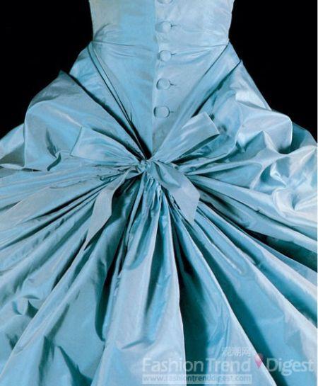 > 正文    薄纱礼服和手绘的粉红色和淡褐色色丝塔夫绸拼接而成,这种