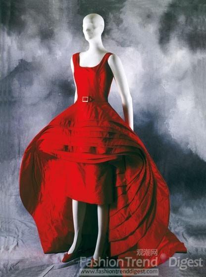 红色褶皱立体礼服