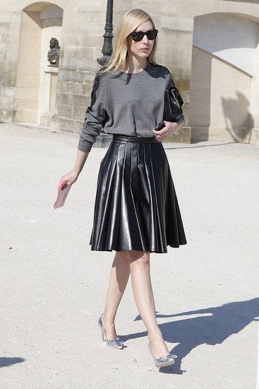 灰色的上衣搭配摆着皮革短裙