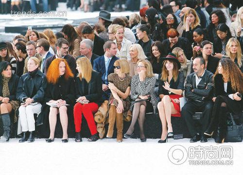 座位安排好,时装现场将一派祥和,若是稍有差池,将是公关们的噩梦