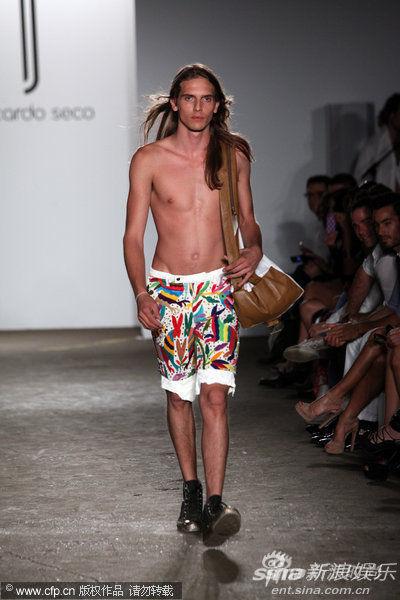 Ricardo Seco秀场:花色沙滩裤,又欢乐又性感