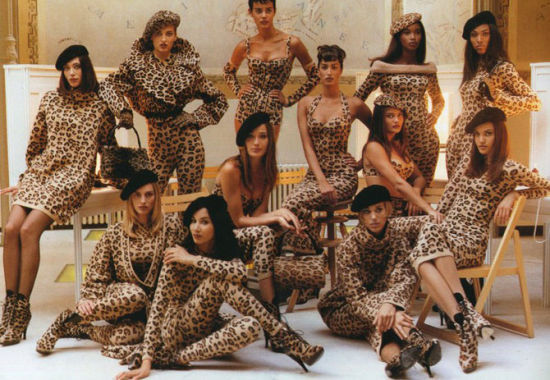 """Azzedine Alaia 1991年的秋冬系列组织了一支超模豹纹军团,12位超模穿着 全豹纹系列拍摄了一组大片,让""""密集恐惧症患者""""们战栗不已。摄于1991年"""