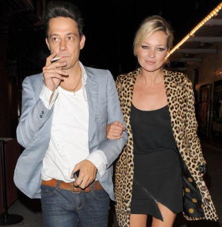 作为时尚偶像,豹纹西装是Kate Moss衣橱的常年必备品,而豹纹也乖乖臣服在她脚下。 图为Kate Moss与Jemie Hince在伦敦街头。摄于2010年