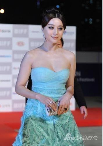 釜山国际电影节上,范冰冰穿两款晚礼服两次走红毯