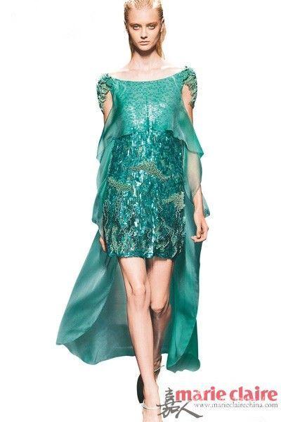 Alberta Ferretti 的春夏秀场,模特如同从海水中走出身裹海藻的人鱼。