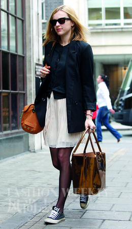 cotton以黑色帆布鞋搭配正装
