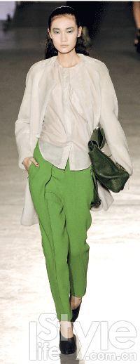 女士墨绿色短靴搭配什么裤子