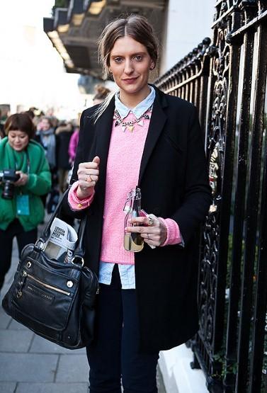 如果反复出现就是流行,那么今年早春,一件粉色毛衣一定能帮你不少……